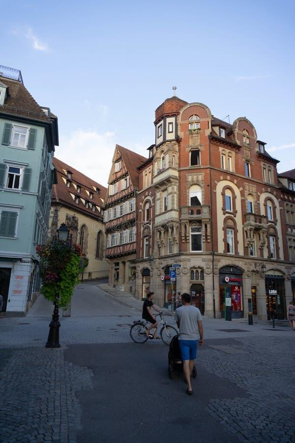 TUBINGEN/GERMANY-JULY 31 2018年:在的一个经典欧洲风格的大厦交叉路,是vodafone的商店在蒂宾根 图库摄影