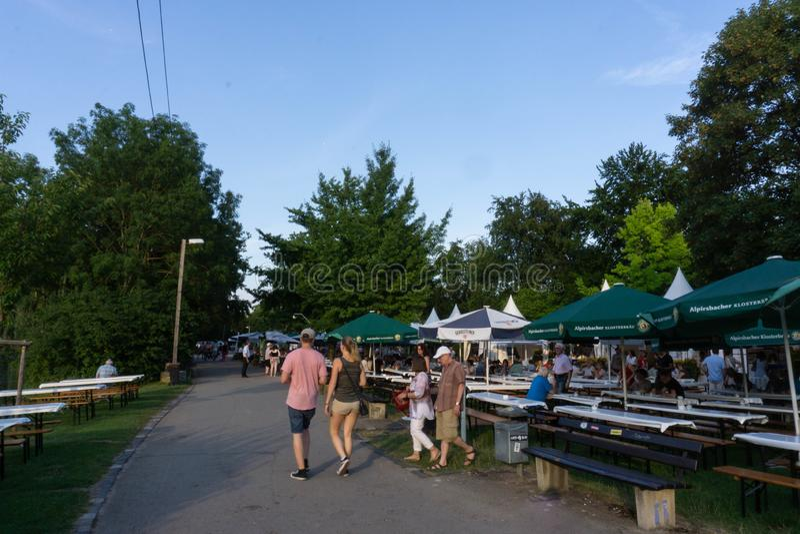 TUBINGEN/GERMANY: LIPIEC 31 2018: Naturalny pieszy woko?o miasta Tubingen, podczas gdy karmowy festiwal jest trwaj?cy i ?awka zdjęcie royalty free