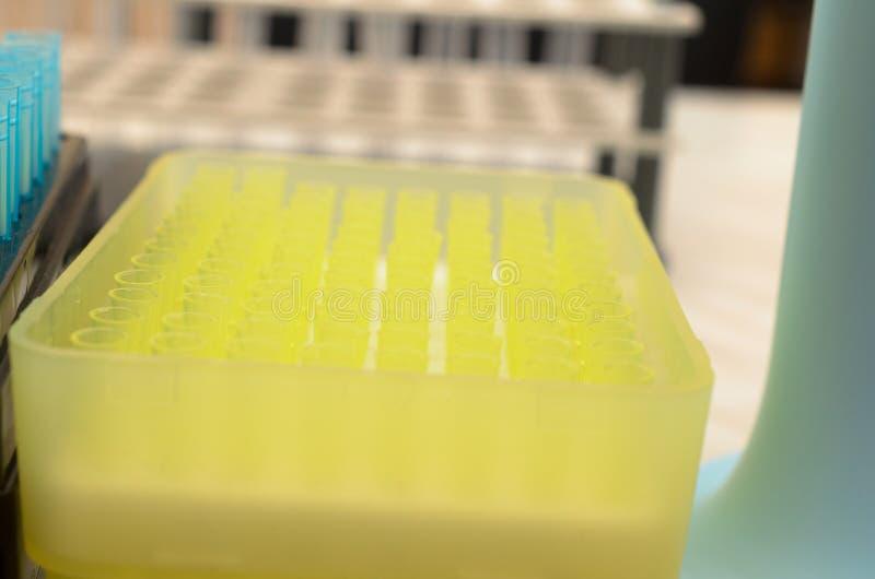 Tubki biochemiczny laboratorium obrazy stock