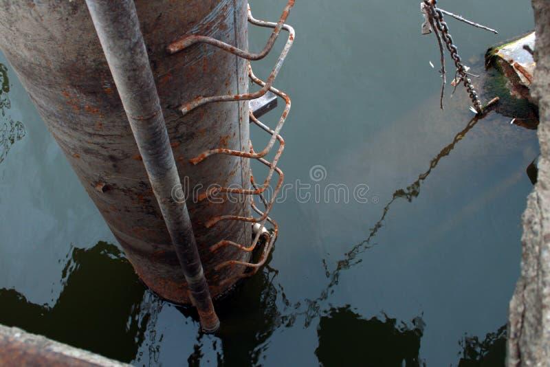 Tubo aherrumbrado de la bomba de agua en agua fotos de archivo