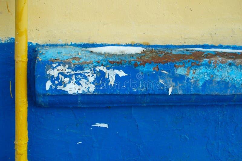 Tubo amarelo acima da parede fotografia de stock royalty free