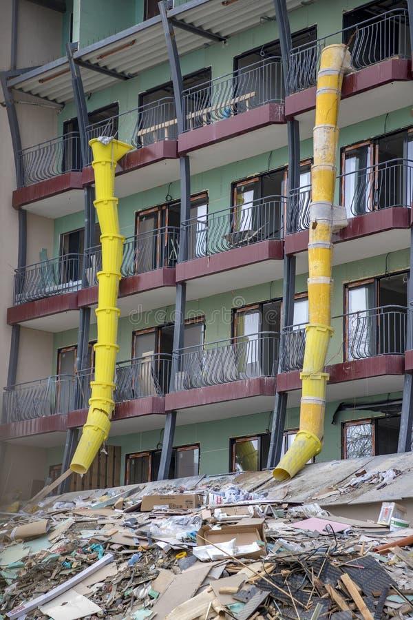Tubo amarelo plástico do desperdício da luva do local da construção civil para o desperdício seguro da construção foto de stock royalty free