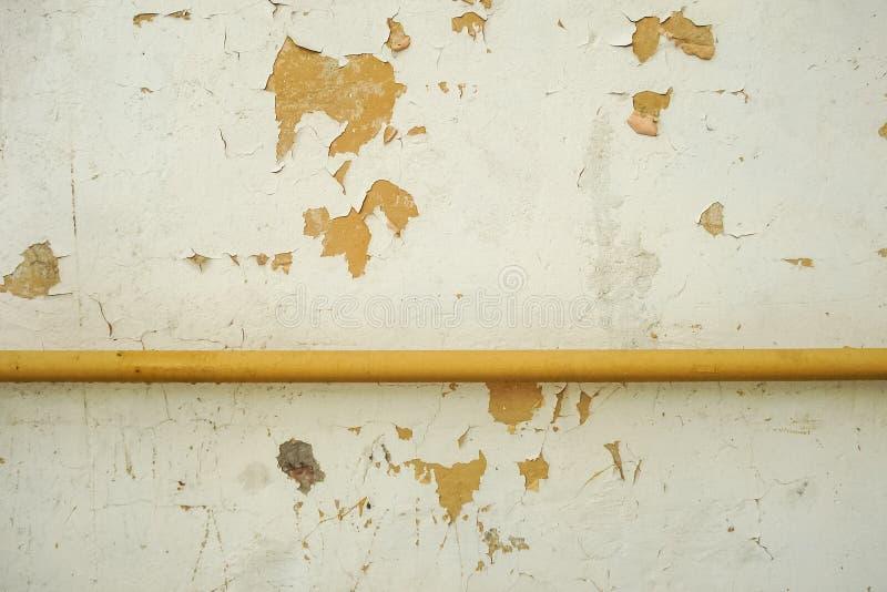 Tubo amarelo sobre acima da parede foto de stock royalty free