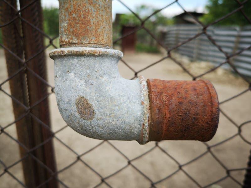 Tubo arrugginito del metallo fotografie stock