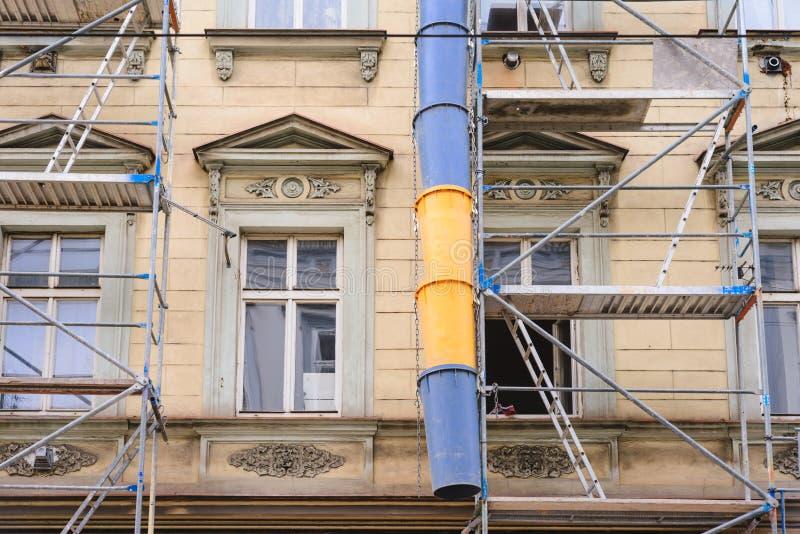 Tubo azul-amarillo plástico de la basura de la funda del sitio de la construcción de edificios para la disposición segura de los  fotos de archivo