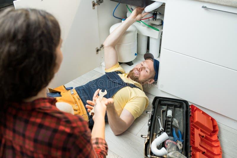 Tubo bello del lavandino della riparazione dell'idraulico fotografie stock