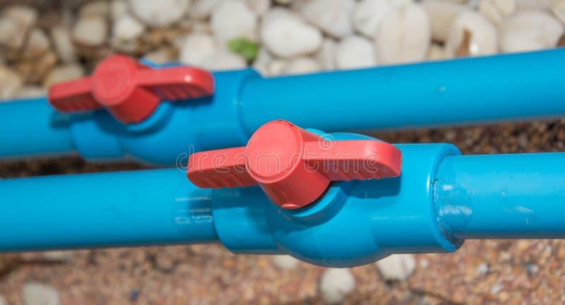 Tubo blu e valvola del PVC fotografia stock libera da diritti