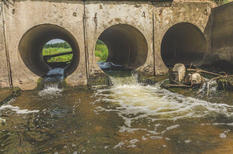 Tubo con las aguas residuales, tormenta imagen de archivo libre de regalías