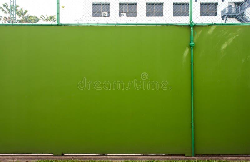 Tubo contro il fondo della parete dello stucco fotografie stock libere da diritti
