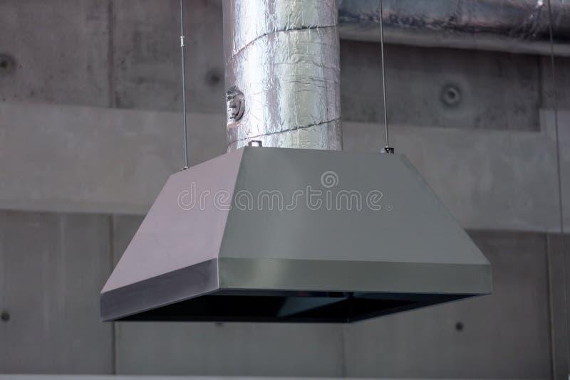 Tubo da ventilação na oficina ao trabalhar com altas temperaturas foto de stock