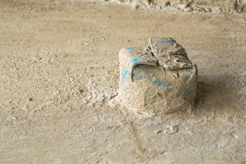 Tubo de agua cercano f?cil del PVC del polvo y de la basura para el retrete en el emplazamiento de la obra imagen de archivo libre de regalías