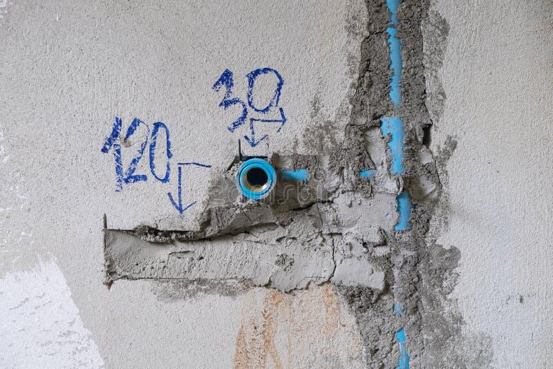 Tubo de agua del PVC en la pared, circuito de agua en la construcción de la casa imagen de archivo