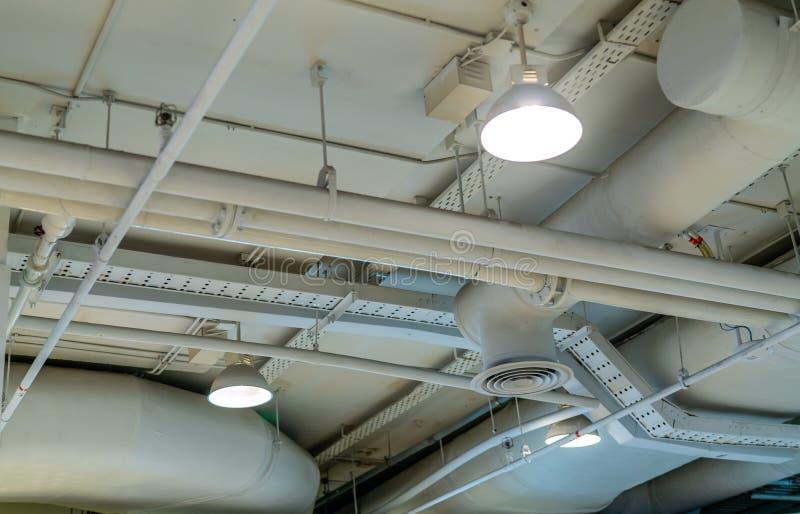 Tubo de aire, cableado y fontaner?a en la alameda Tubo del acondicionador de aire, atando con alambre el tubo, y sondeando el sis foto de archivo libre de regalías