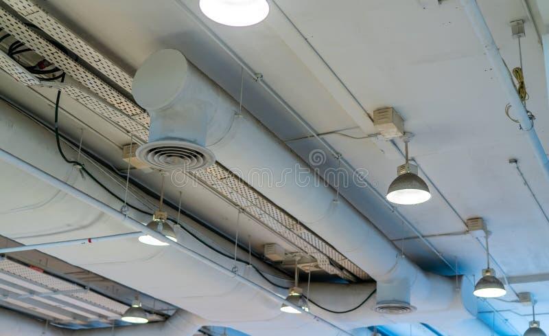 Tubo de aire, cableado y fontaner?a en la alameda Tubo del acondicionador de aire, atando con alambre el tubo, y sondeando el sis foto de archivo