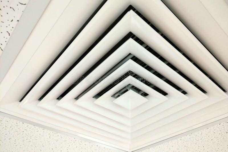Tubo de aire en forma cuadrada, conducto para la calefacción de condicionamiento en un techo constructivo fotos de archivo