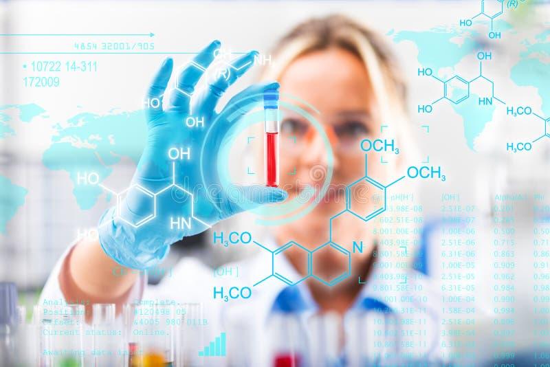 Tubo de ensaio de exame do cientista fêmea atrativo novo com subst fotos de stock royalty free