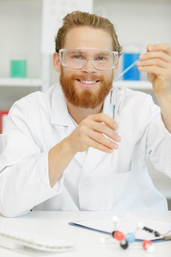 Tubo de ensaio de mantimento e de neglig?ncia do cientista interessado novo imagem de stock royalty free