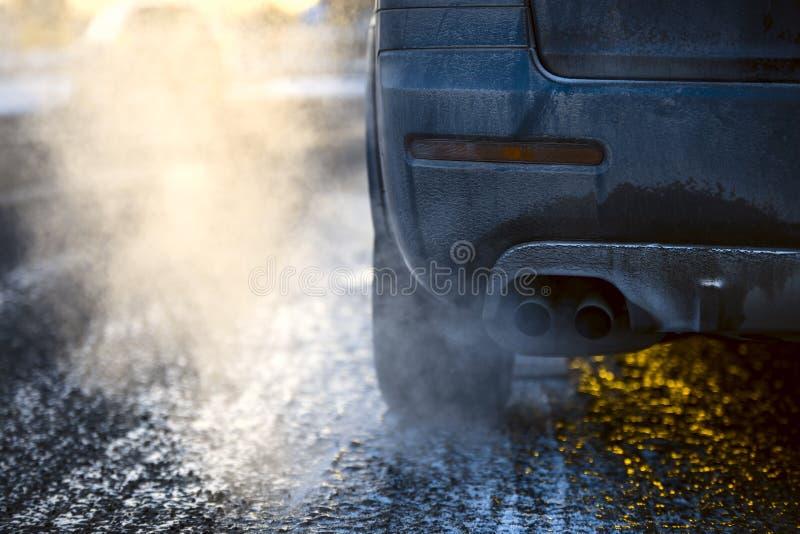 Tubo de escape del coche, que sale fuertemente los gas de escape en Finlandia imagen de archivo libre de regalías