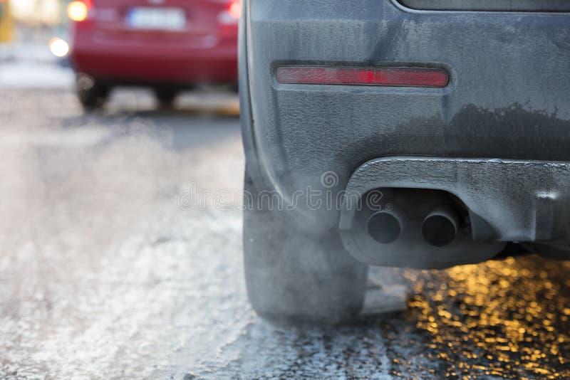 Tubo de escape del coche, que sale fuertemente los gas de escape en Finlandia fotografía de archivo libre de regalías