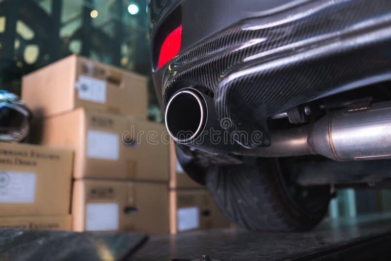 Tubo de escape de la fibra de carbono del coche deportivo fotografía de archivo