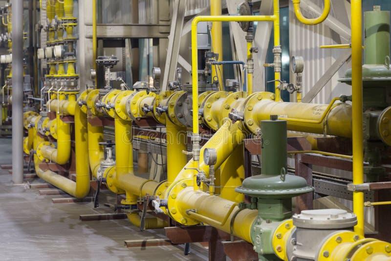 Tubo de gas amarillo con los sensores en sitio fotos de archivo libres de regalías