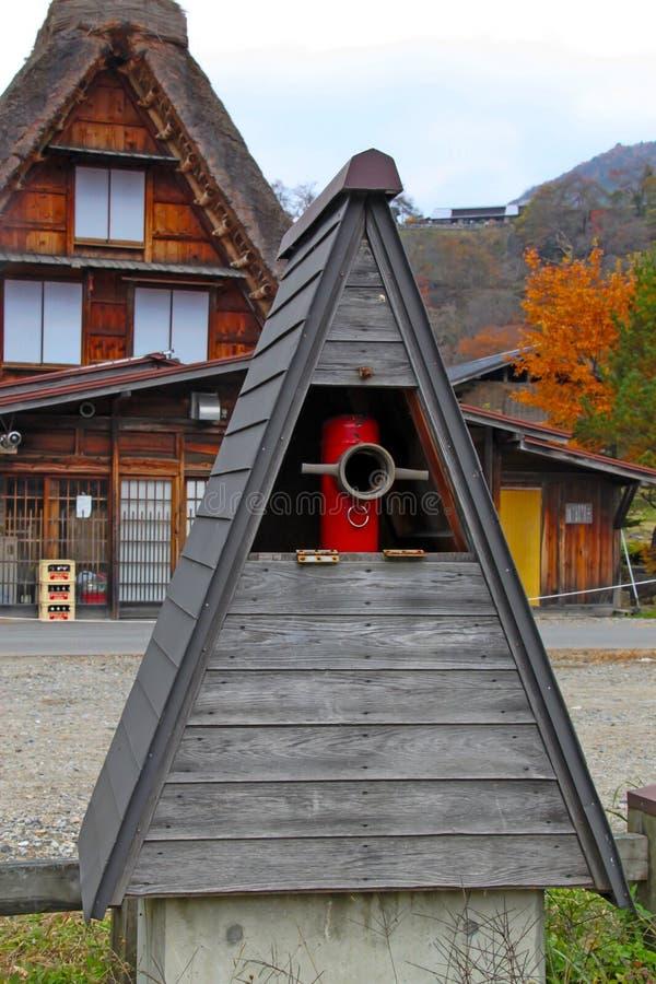 Tubo de la boca de incendios con el top del foof del gassho-estilo en el pueblo de Shirakawago imagen de archivo