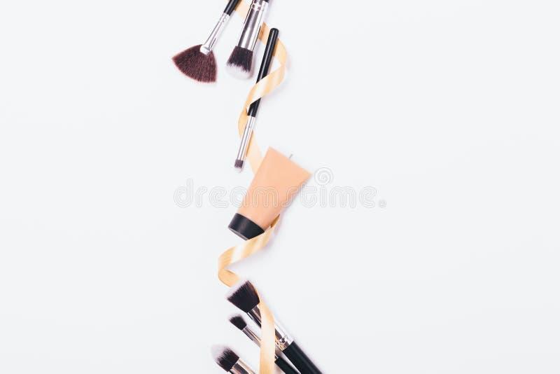 Tubo de los cepillos cosméticos de la fundación y del maquillaje fotografía de archivo libre de regalías