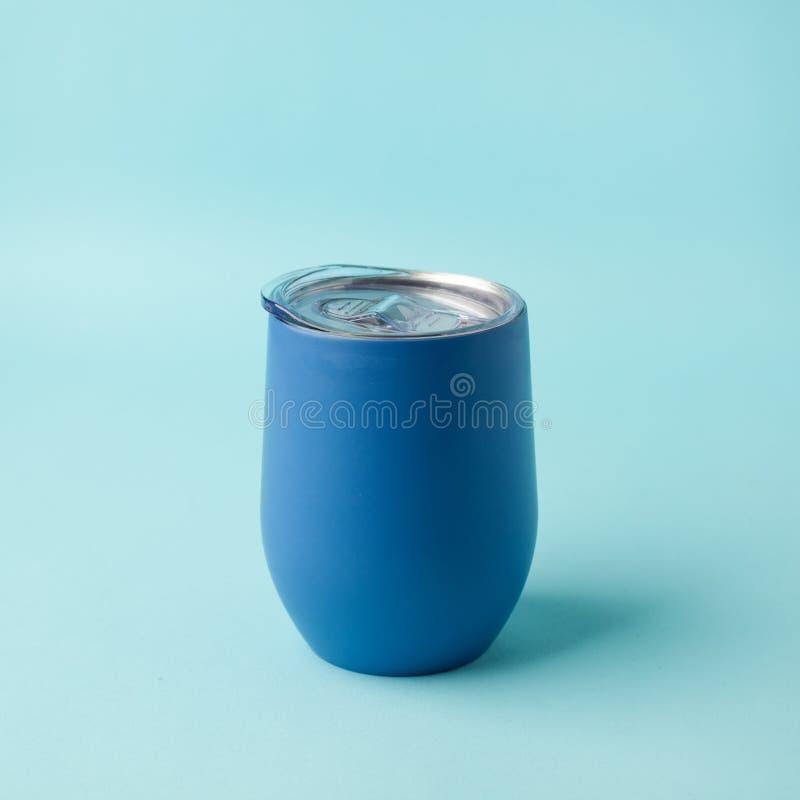 Tubo de metal ecológico reutilizable para llevar café sobre fondo azul Espacio para texto Diseño plano, vista superior Traiga su  imágenes de archivo libres de regalías