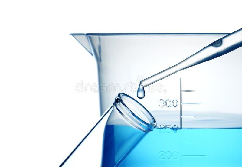 Tubo de prueba, cuentagotas y líquido azul imagenes de archivo