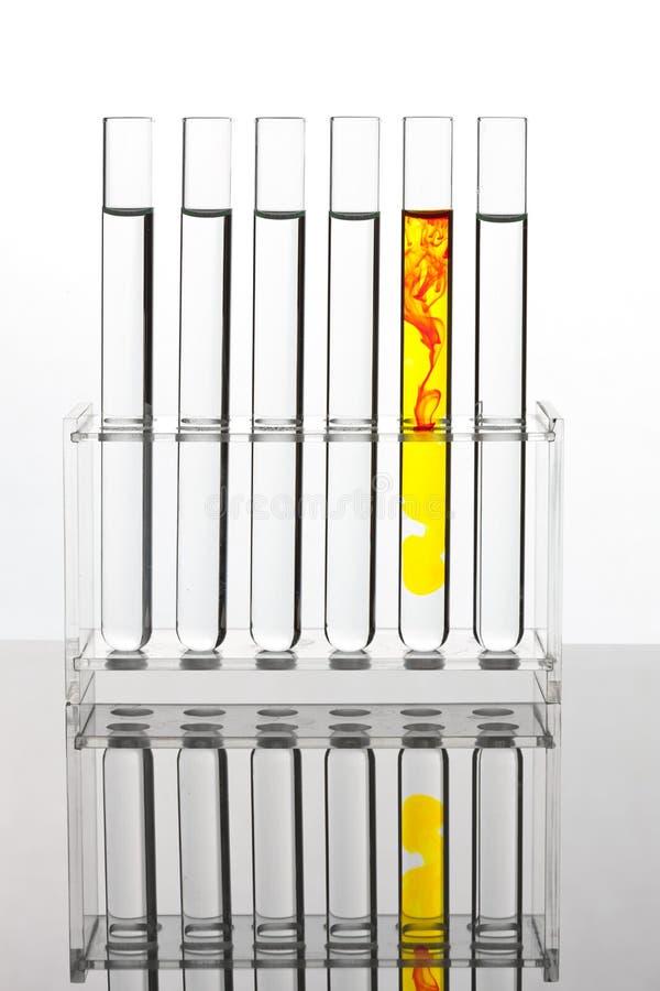 Tubo de prueba para probar en un laboratorio químico fotografía de archivo libre de regalías