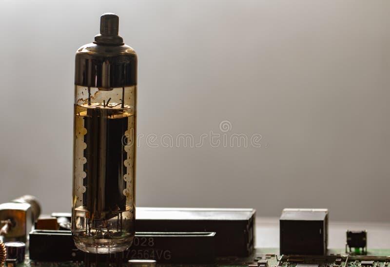 Tubo de rádio eletrônico do vácuo velho em um fundo branco imagem de stock royalty free