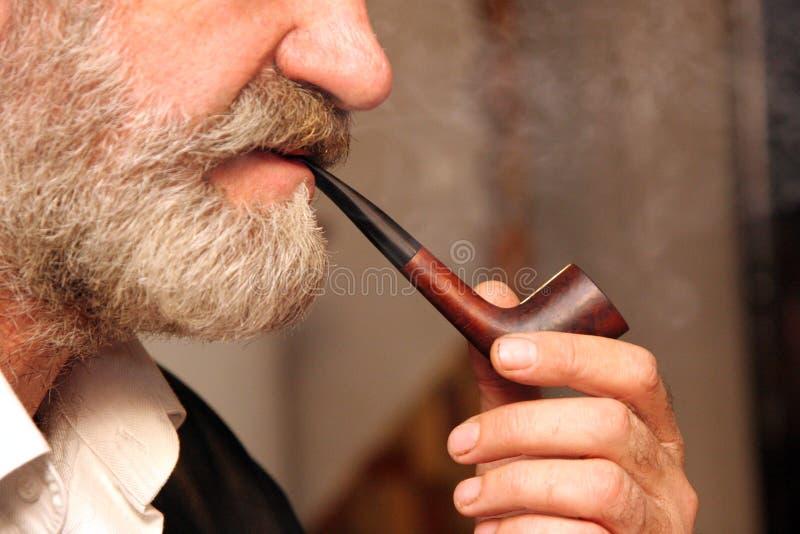 Tubo de tabaco de la maneta del hombre fotografía de archivo