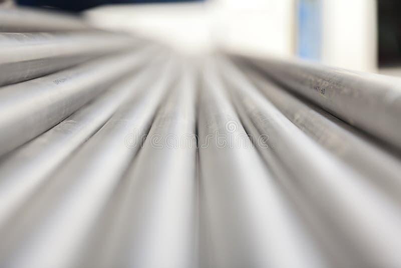 Tubo del inox del metallo sulla pila fotografia stock