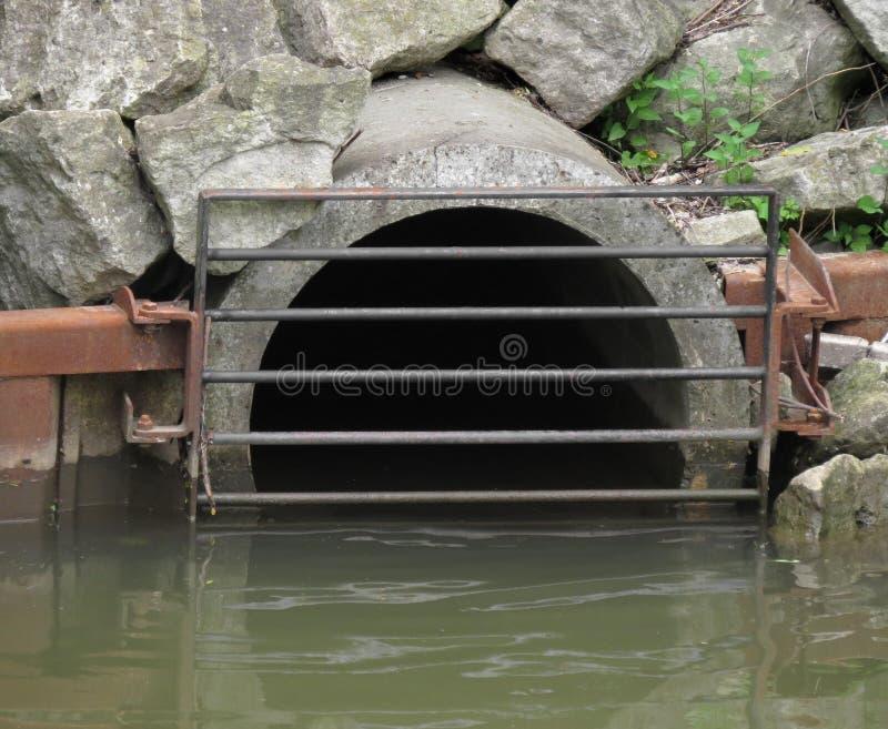 Tubo del mercado del agua del dren de la tormenta imagen de archivo