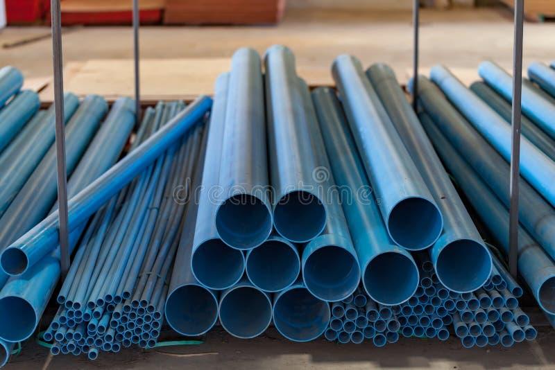 Tubo del PVC che mette sul pavimento nel magazzino immagine stock