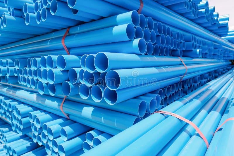 Tubo del PVC impilato in magazzino fotografie stock