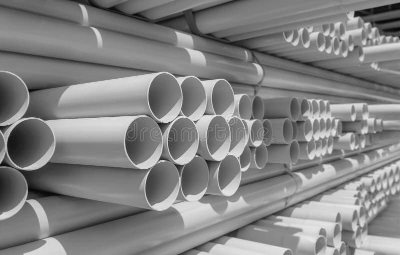Tubo del PVC impilato in magazzino immagine stock
