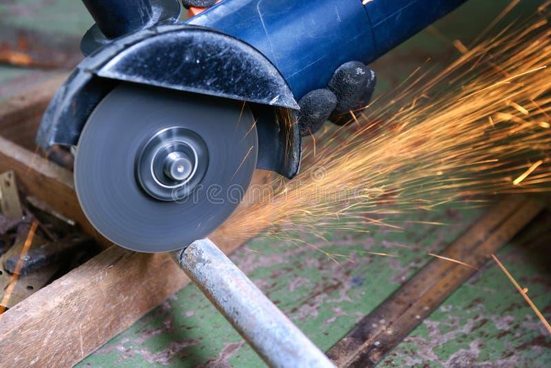 Tubo dell'acciaio della macinazione fotografia stock