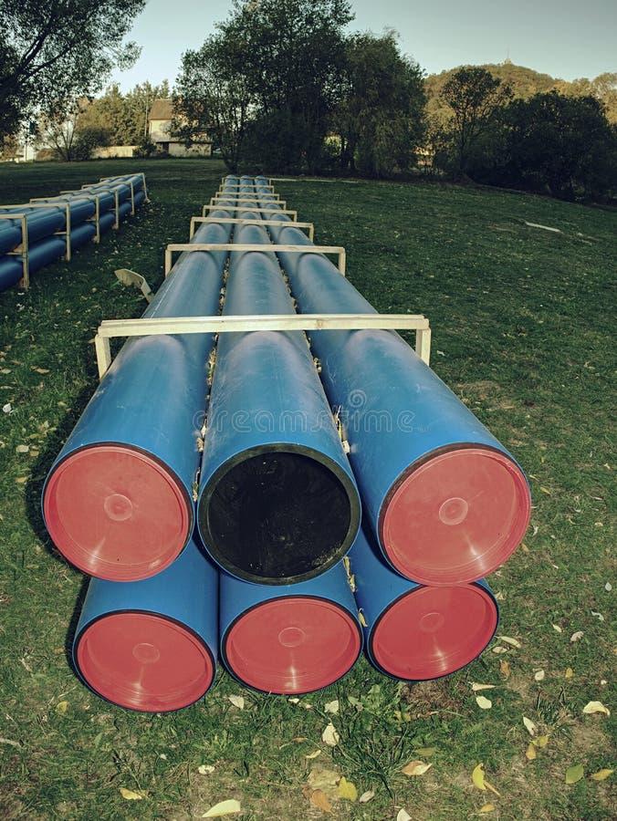 Tubo dell'HDPE per il rifornimento idrico impilato al cantiere su terra fotografia stock libera da diritti