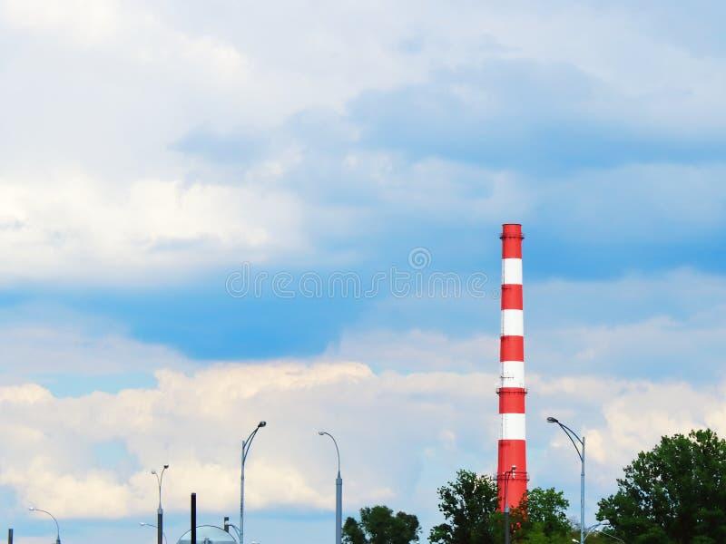 Tubo della fabbrica contro il blu fotografie stock