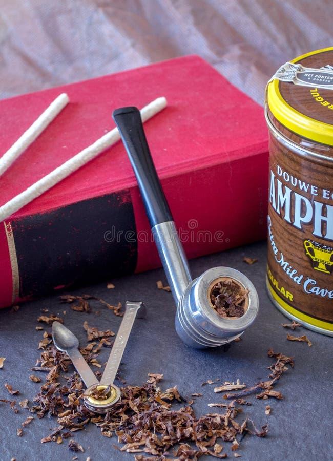 Tubo di art deco con l'inserzione della pannocchia di granturco, sull'ardesia, con gli strumenti del tubo e del tabacco immagini stock