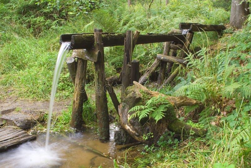 Tubo di bambù scorrente dell'acqua naturale fotografie stock