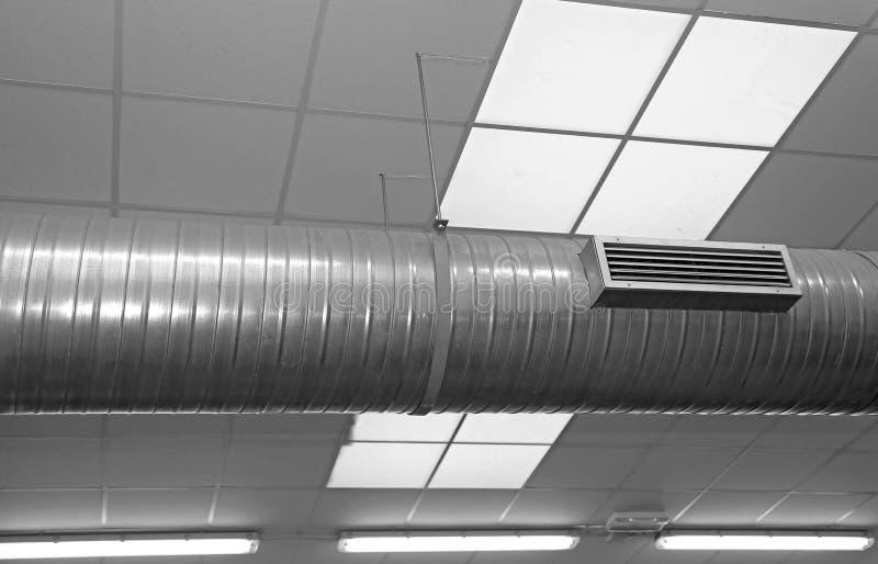 Tubo di condizionamento d'aria e del riscaldamento in una fabbrica fotografia stock libera da diritti