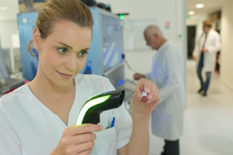 Tubo di esame dell'infermiere con l'etichetta immagini stock