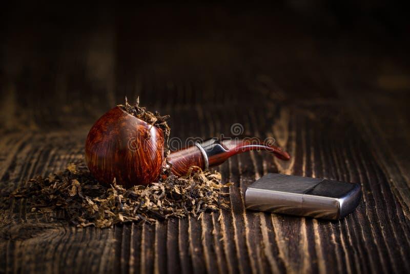 Tubo di fumo con le foglie del tabacco immagine stock