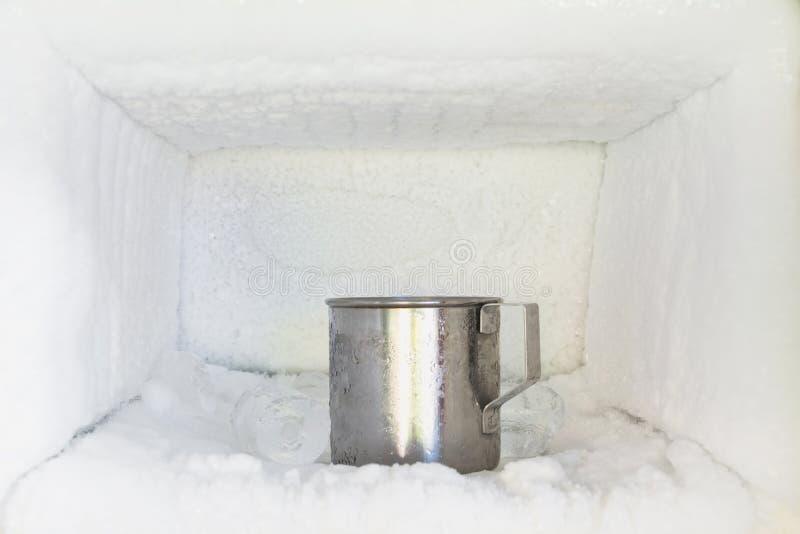 Tubo di livello bevente dell'acciaio inossidabile in congelatore di un refrigerato immagini stock libere da diritti