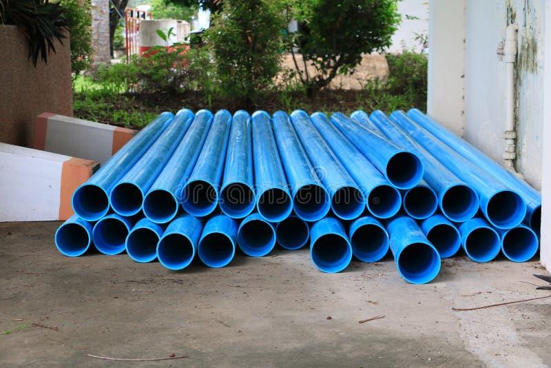 Tubo di plastica del PVC impilato in un cantiere fotografie stock libere da diritti