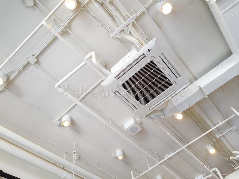 Tubo di raffreddamento industriale bianco del condizionatore d'aria con impianto idraulico al soffitto Presa d'aria del soffitto  immagini stock libere da diritti