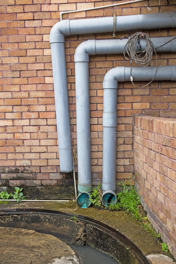 Tubo di scarico di plastica moderno con l 39 acqua piovana for Tubo di scarico pex