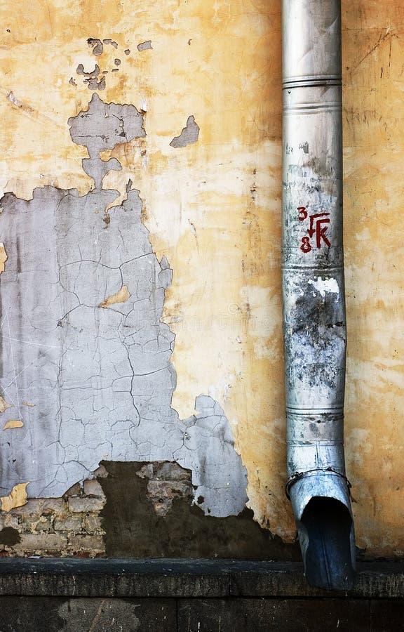 Tubo di scarico sulla parete immagini stock libere da diritti